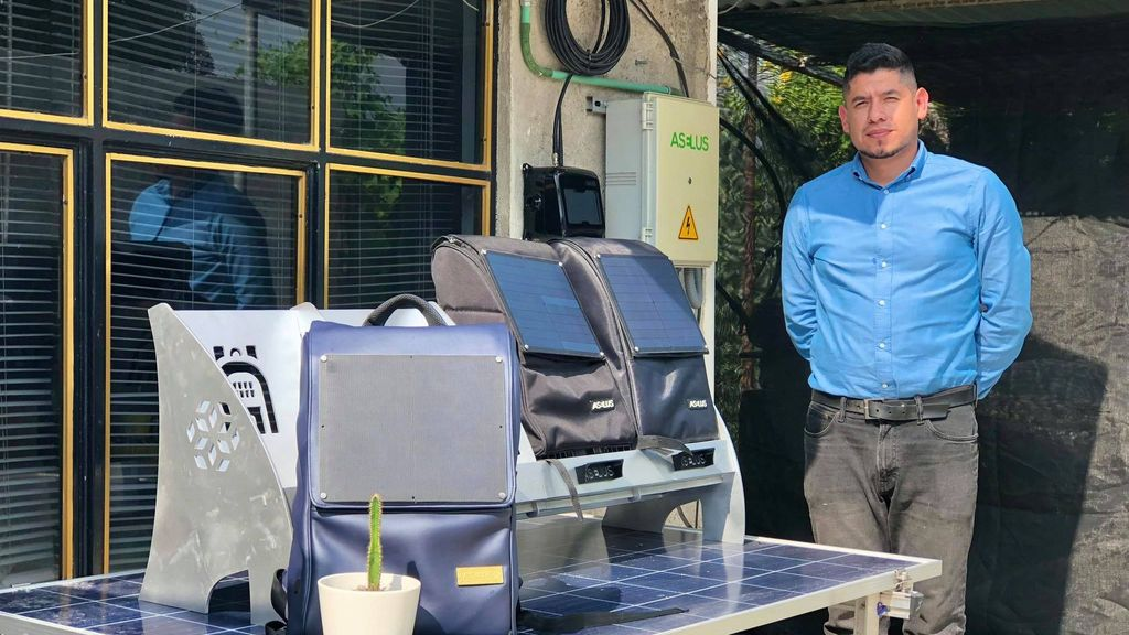 Moisés Venegas developed a backpack that supports students living in energy poverty. (Julio Guzmán/Zenger)